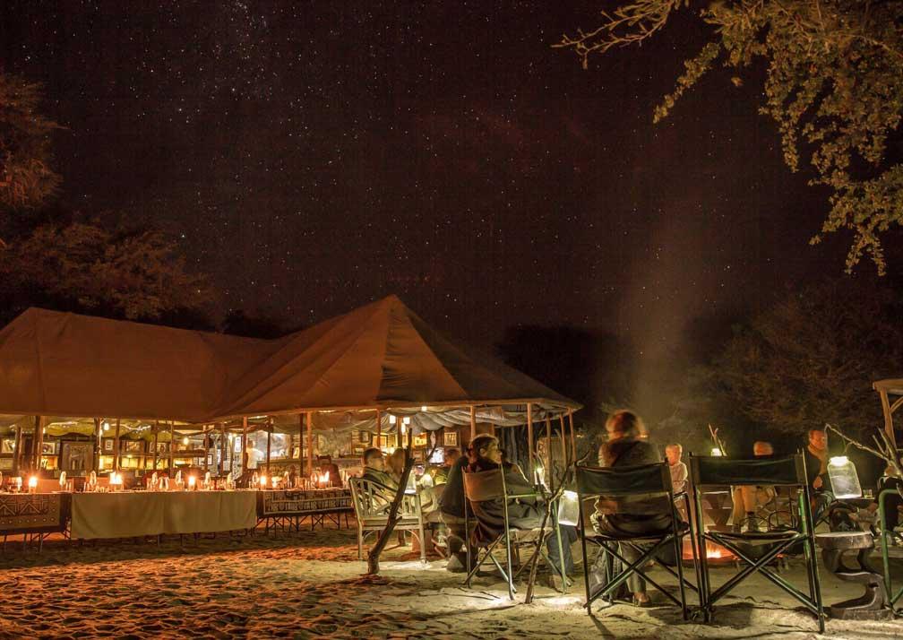 Meno a Kwena outdoor dining at night
